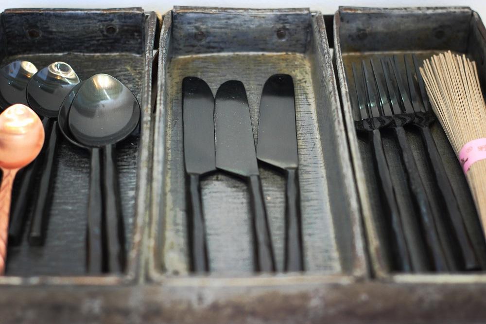 couverts en nombre limité dans un tiroir, visuel épuré